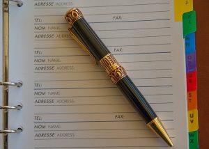 電話帳の上におしゃれなペンが置かれている画像